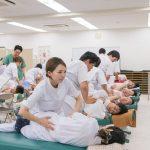 基礎医学の授業に基づいて、身体の検査方法を学びます。